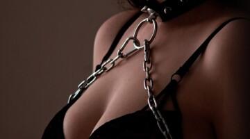 Kaip rūpestis padeda kurti intymumą ir pasitikėjimą po BDSM akto
