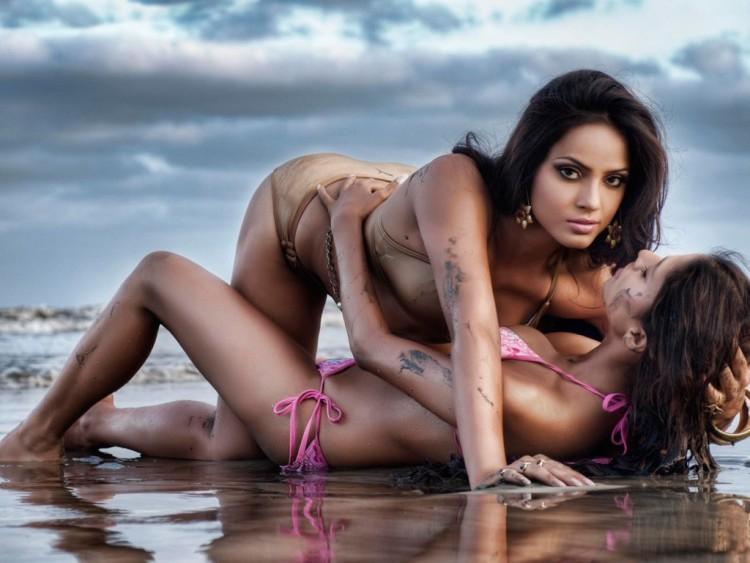 Sexy_Bikini_Modelslesbians-1024x768.jpg