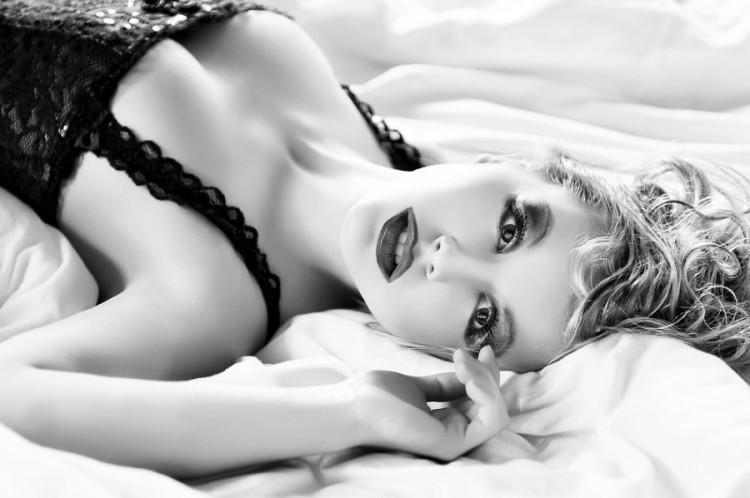 moteris-aistra-gundymas-seksualumas-viliojimas-kunas-lova-5br-62256143.jpg