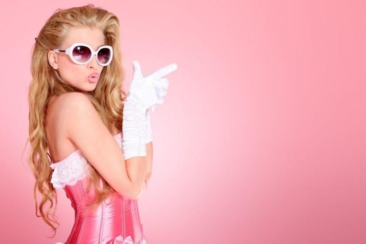 moteris-gundymas-kokete-flirtas-blondine-5br-61239605.jpg