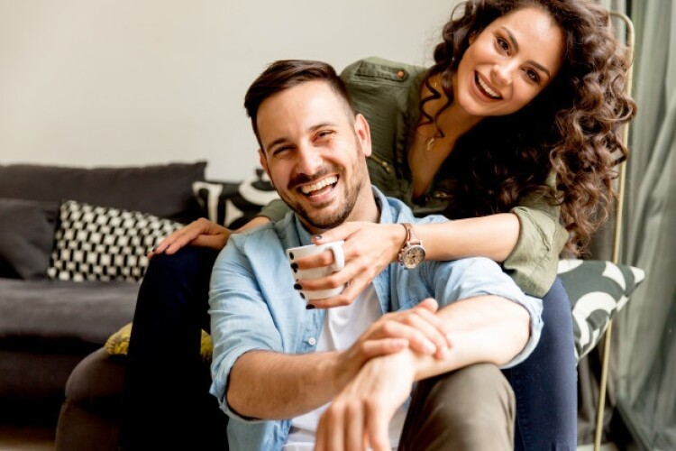 pareja-amorosa-habitacion_52137-4036.jpg