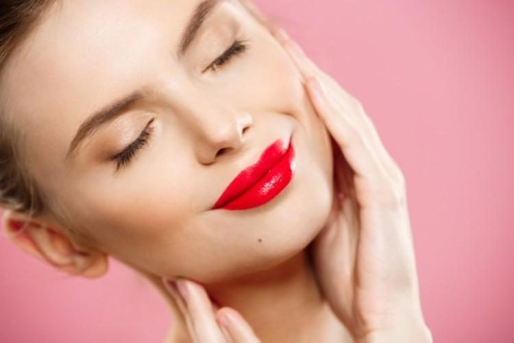 schoonheidsconcept-close-up-gorgeous-young-brunette-woman-face-portrait-beauty-model-meisje-met-lichte-wenkbrauwen-perfecte-make-up-rode-lippen-aanraken-van-haar-gezicht-geisoleerd-op-roze-achtergrond_1258-11.jpg